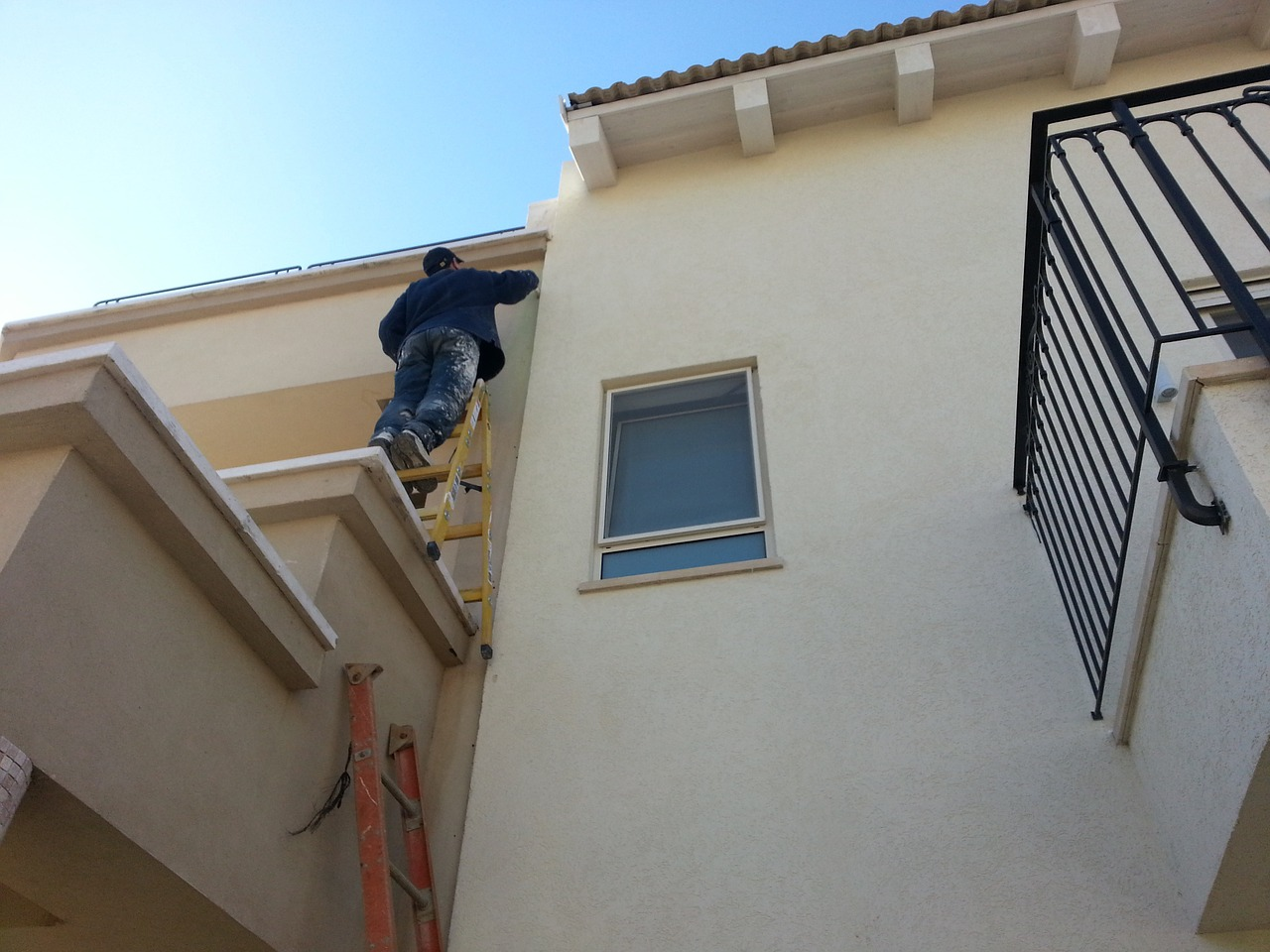 Comment bien fixer une échelle de toit ?